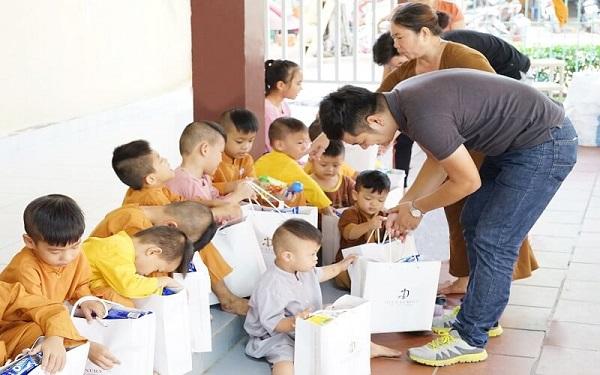 Viện thẩm mỹ DIVA tặng quà cho trẻ em mồ côi tại mái ấm Pháp Tánh